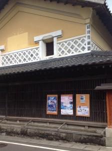 トリミング「内ヶ崎作三郎」展のチラシを貼った内ヶ崎酒造店image2_R
